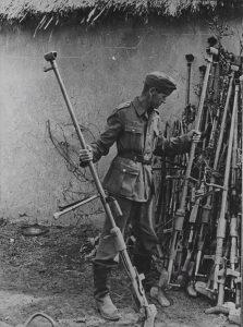 Немецкий солдат осматривает трофейные ПТРД