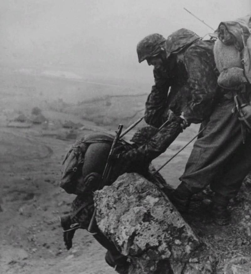 Немецкий солдат с пистолетом-пулеметом MP.35/I