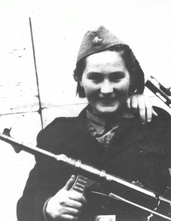 Боец Роза Качар НОАЮ с трофейным MP 40