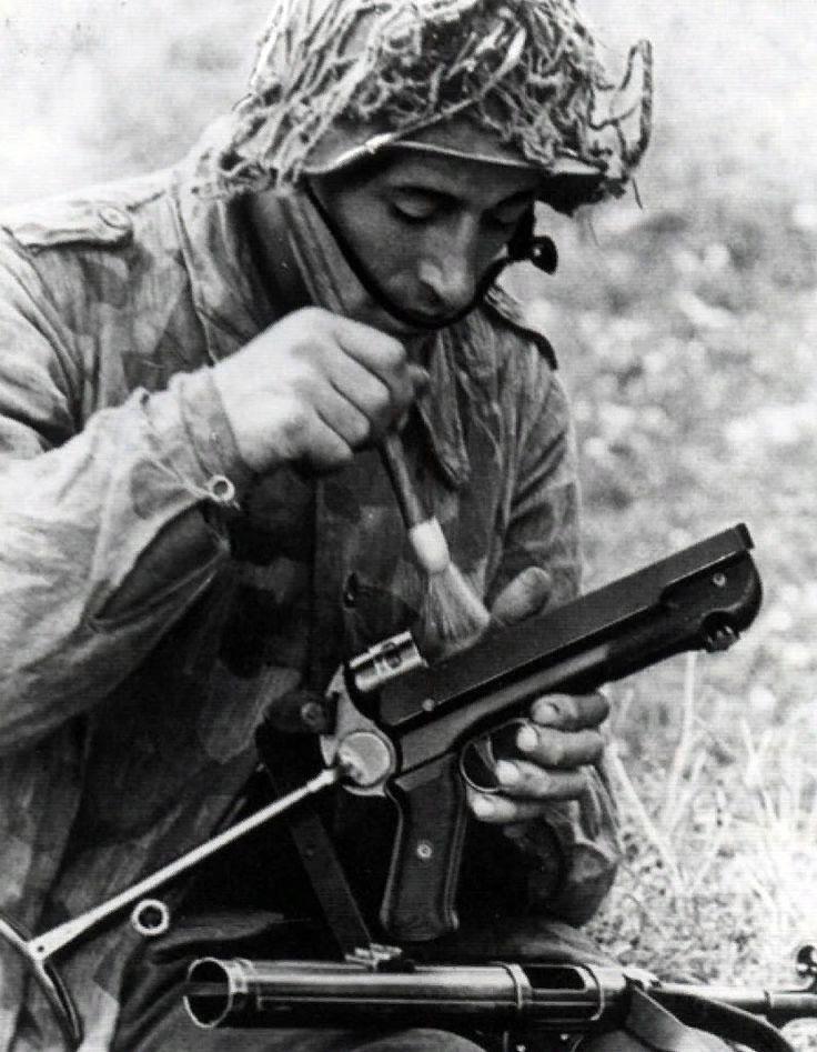 Немецкий солдат чистит MP-40